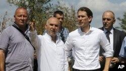 Австрискиот министер за надворешни работи Себастијан Курц (втор од десно) со македонскиот министер за одбрана Мирко Чавков (втор од лево), на теренот се запознава со мигрантската ситуација