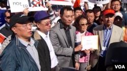 代表试图递送抗议信给ABC(美国之音记者国符拍摄)
