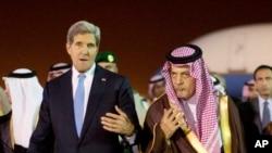 Menlu AS John Kerry (kiri) disambut oleh Menlu Arab Saudi Pangeran Saud Al-Faisal bin Abdulaziz al-Saud,setibanya di Riyadh, Arab Saudi (3/11).