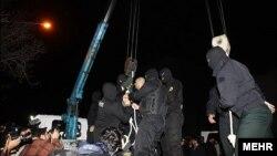 اجرای حکم اعدام دو زورگیر در انظار عمومی در ایران - اول بهمن ۱۳۹۱