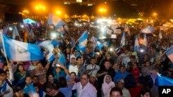 Manifestantes cantan el himno nacional durante un paro nacional para pedir la renuncia del presidente Otto Pérez Molina.