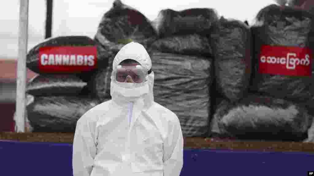 အျပည္ျပည္ဆိုင္ရာ မူးယစ္ေဆးဝါးအလဲြသုံုးမႈနဲ႔ တရားမ၀င္ တိုက္ဖ်က္ေန႔အခမ္းအနားမွာ ေတြ႔ရတဲ့ PPE ၀တ္စံုျပည့္၀တ္ထားတဲ့ ရဲတပ္ဖဲြ႔၀င္တဦး။ (ဇြန္ ၂၆၊ ၂၀၂၀)