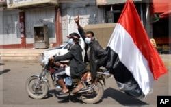 Un manifestant de l'opposition lance des slogans anti-Saleh à Sana'a, le 22 novembre 2011