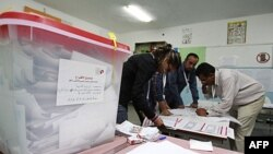 Працівники виборчої комісії готуються рахувати бюлетені