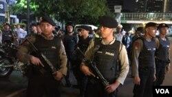 Polisi berjaga-jaga dekat lokasi penyerangan, 12 jam setelah pemboman di Jakarta (14/1). (VOA/S. Herman)