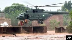 سیلاب میں پھنسے افراد کو ہیلی کاپٹر کی مدد سے محفوظ مقام پر منتقل کیا جا رہا ہے