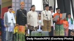 """Pasangan capres-cawapres Jokowi-Ma'ruf dan Prabowo-Sandi saat mengucap """"Deklarasi Damai Pemilu"""" dipimpin oleh Ketua KPU Arief Budiman di Jakarta (23/9)."""