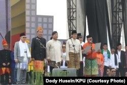 """Pasangan capres-cawapres nomor urut 01 Jokowi-Ma'ruf dan nomor urut 02 Prabowo-Sandi mengucap """"Deklarasi Damai Pemilu"""" dipimpin oleh Ketua KPU Arief Budiman."""