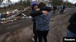Dulce Espino y Viridiana Cruz tratan de consolarse tras la destrucción causada por Sandy en Staten Island, Nueva York.