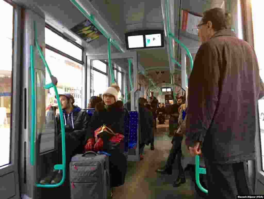 گیتا آرین و سیاوش همکاران اعزامی سازمان ملل به ژنو با قطار شهری خود را به مقر سازمان ملل می رسانند.