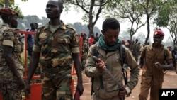 ທະຫານໃນກອງທັບ ສາທາລະນະລັດອາຟຣິກາກາງ ກຳລັງເອົາມີດສອດໃສ່ຝັກ ຫຼັງຈາກເຂັ່ນຂ້າຊາຍຄົນນຶ່ງ ທີສົງໄສເປັນສະມາຊິກຂອງກຸ່ມກະບົດ Seleka ໃນວັນທີ 5 ກຸມພາ 2014, ທີ່ນະຄອນ Bangui.