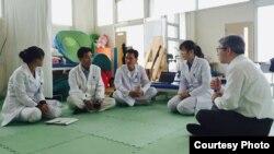 미국 구호단체 '이그니스 커뮤니티(IGNIS Community)' 관계자가 평양에서 북한 의료진과 대화하고 있다. 사진 제공: 이그니스 커뮤니티.