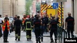 Para petugas pemadam kebakaran dan medis terlihat di lokasi pasca ledakan di Lyon, Perancis, Jumat (24/5).