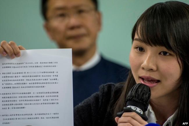 2018年1月27日,被剝奪競選資格的香港民主派學生周庭拿著她從政府獲得的一份文件。