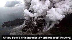 Erupsi gunung Anak Krakatau di Selat Sunda, dilihat dari udara, 23 Desember 2018. (Foto: dok).