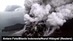 آتشفشان آناک کراکاتوا بین جزایر جاوه و سوماترا در اندونزی قرار دارد.
