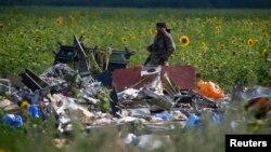 Một phần tử ly khai thân Nga đứng canh hiện trường nơi chuyến bay MH17 bị bắn rơi