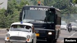 Sebuah bis membawa empat pria yang dinyatakan bersalah karena melakukan perkosaan brutal di ats bus, menuju pengadilan di New Delhi. Pengadilan menjatuhkan hukuman mati atas keempat pelaku perkosaan ini, dalam keputusan yang dibacakan hari Jumat (13/9).