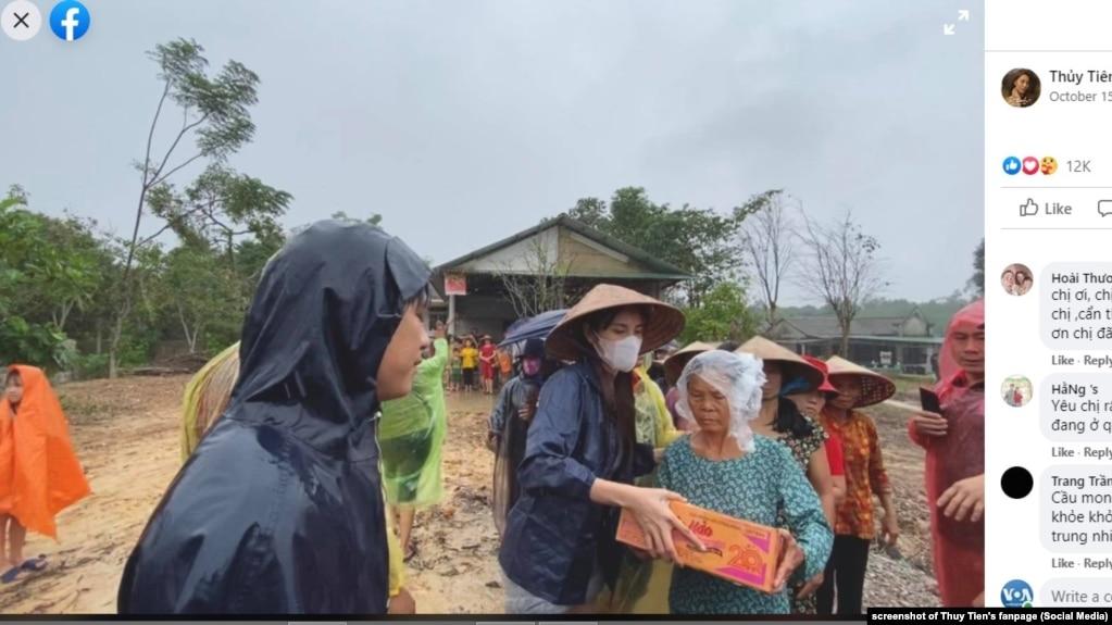 Ca sĩ Thủy Tiên trao hàng cứu trợ cho nạn nhân lũ lụt ở miền trung Việt Nam, 15/10/2020.