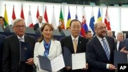 유럽연합(EU) 의회가 4일 파리기후협정 비준동의안을 찬성 610표, 반대 38표, 기권 31표로 통과시킨 가운데, 반기문(오른쪽 두번째) 유엔 사무총장이 관계자들과 협정문을 들고 기념사진을 찍고 있다. 왼쪽은 장클로드 융커 EU 집행위원장, 오른쪽은 마틴 슐츠 유럽의회 의장.