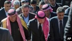 اردن کے شاہ عبداللہ مقتول پائلٹ کے والد اور چچا کے ہمراہ تعزیت کے لیے آبائی گھر کی جانب آرہے ہیں
