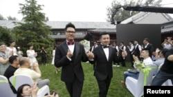 一对同性恋伴侣2015年6月27日在北京一个公园举行婚礼。
