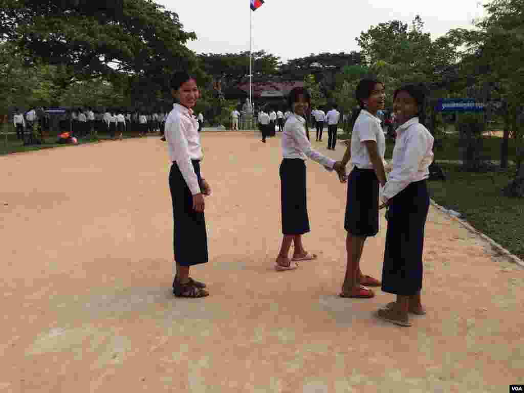 Cambodian girls at Hun Sen's Prasat Bakong High School where U.S First Lady Michelle Obama visited on Saturday March 21, 2015 in Siem Reap. (Phorn Bopha/VOA Khmer)