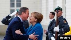 Almanya ve İngiltere başbakanları Angela Merkel ve David Cameron