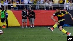 James Rodríguez anotó el segundo gol con un remate de penal hacia la esquina derecha.