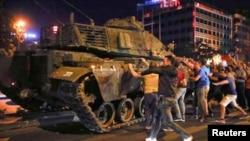 انقرہ کی سڑکوں پر عوام باغی فوجی ٹینکوں کو روکنے کی کوشش کررہے ہیں۔ فائل فوٹو