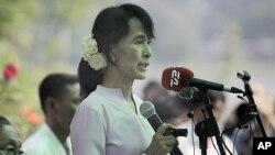 ທ່ານນາງ Aung San Suu Kyi ຜູ້ນໍາພັກສັນນິບາດແຫ່ງຊາດ ເພື່ອປະຊາທິປະໃຕ ໃນມຽນມາ ກ່າວປາໄສ ຕໍ່ຊື່ມວນຊົນ ທີ່ບ້ານພັກ ຂອງທ່ານນາງ ໃນວັນສຸກ ທີ່ 30, 2012.