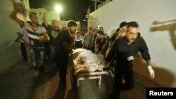 Một người Palestine bị thương trong vụ pháo kích của Israel được đưa vào bệnh viện