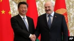 白俄羅斯總統盧卡申科(右)與中國國家主席習近平(左)2015年5月10日訪明斯克時資料照。