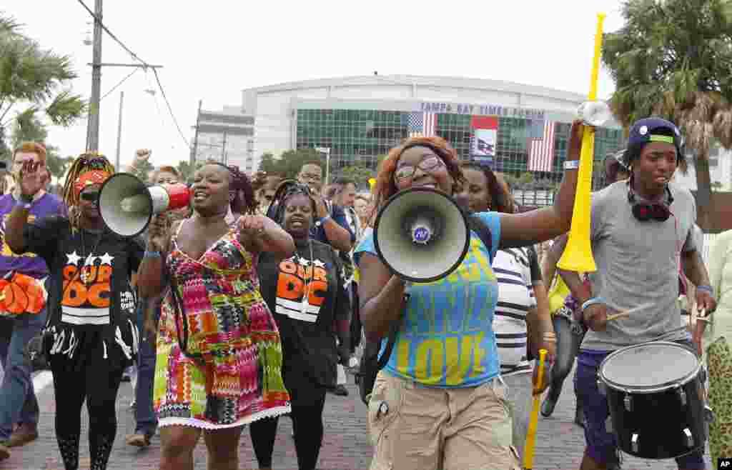 En el Gas Light Park, Tampa, cientos de manifestantes se reunieron para protestar contra la convención republicana.