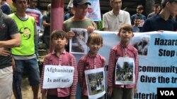 Anak-anak pengungi Afganistan turut melakukan unjuk rasa di depan kantor UNHCR di Medan hari Senin 19/11 (Foto: VOA/Anugrah).