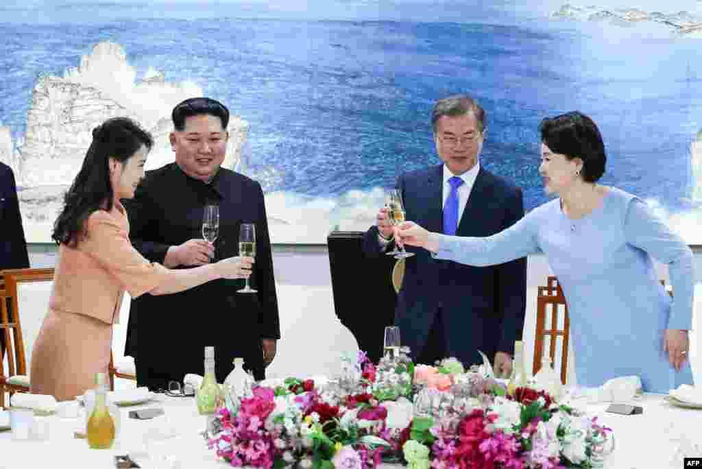 رهبران دو کره به همراه همسرانشان به سلامتی هم می نوشند.