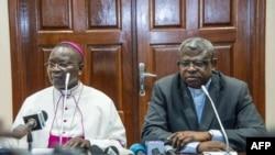 Mokambi ya Conférence épiscopale nationale du Congo (CENCO), Mgr Marcel Utembi elongo na molobeli ya CENCO, abbé Donatien Nshole na masolo na bapanzi sango na Kinshasa, 30 décembre 2016.
