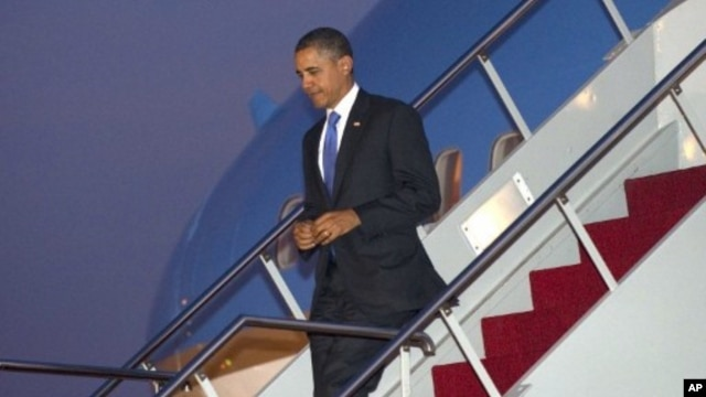 US President Barack Obama disembarks from Air Force One upon arrival  Bali, Indonesia November 17, 2011.