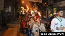 ادای احترام گروهی از ساکنان بیروت به قربانیان حملات انتحاری پنجشنبه ۲۱ آبان ماه که منجر به کشته شدن ۴۳ نفر شد