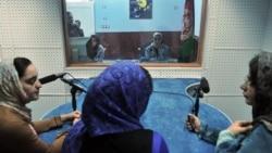 """Des femmes journalistes afghanes travaillent dans le studio de """"Shahrzad"""", la deuxième station de radio féminine à se consacrer aux intérêts des femmes à Herat le 14 octobre 2012."""