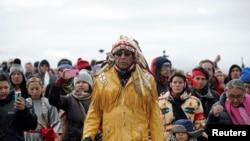 노스다코다주 보호구역 내 원주민 '스탠딩 락 수' 족의 정신적 지도자인 아르볼(가운데) 추장이 지난 29일 경찰 저지선 앞에서 시위대를 이끌고 있다.