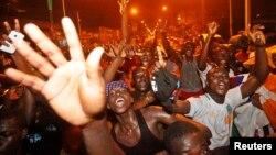 Des ivoiriens manifestent leur joie après la victoire de leur équipe nationale en finale de coupe d'Afrique des Nations contre le Ghana, le 8 février 2015.