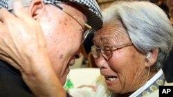 Ông Yang Yun-hak (trái) gặp lại người chị cả bị kẹt ở Bắc Triều Tiên trong cuộc đoàn tụ tại núi Kim Cương ở Bắc Triều Tiên hồi tháng 9/2009.