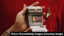 "Alat deteksi penyakit dini ""Tricorder,"" yang mengambil nama alat pemindai medis fiksi yang digunakan dalam Star Trek."