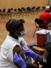 Žena prima vakcinu protiv Kovida 19 u vakcinacionom centru u Hjustonu, Teksas, 13. oktobra 2021.