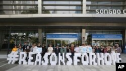 Miembros de Greenpeace realizan manifestación mientras panel de la ONU realiza una conferencia de prensa en Incheon, Corea del Sur, el lunes, 8 de octubre de 2018.