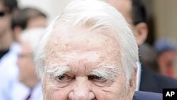 60 Minutes' Andy Rooney leaves the Celebration of Life Memorial ceremony for Walter Cronkite at Avery Fisher Hall in New York, August 9, 2009.