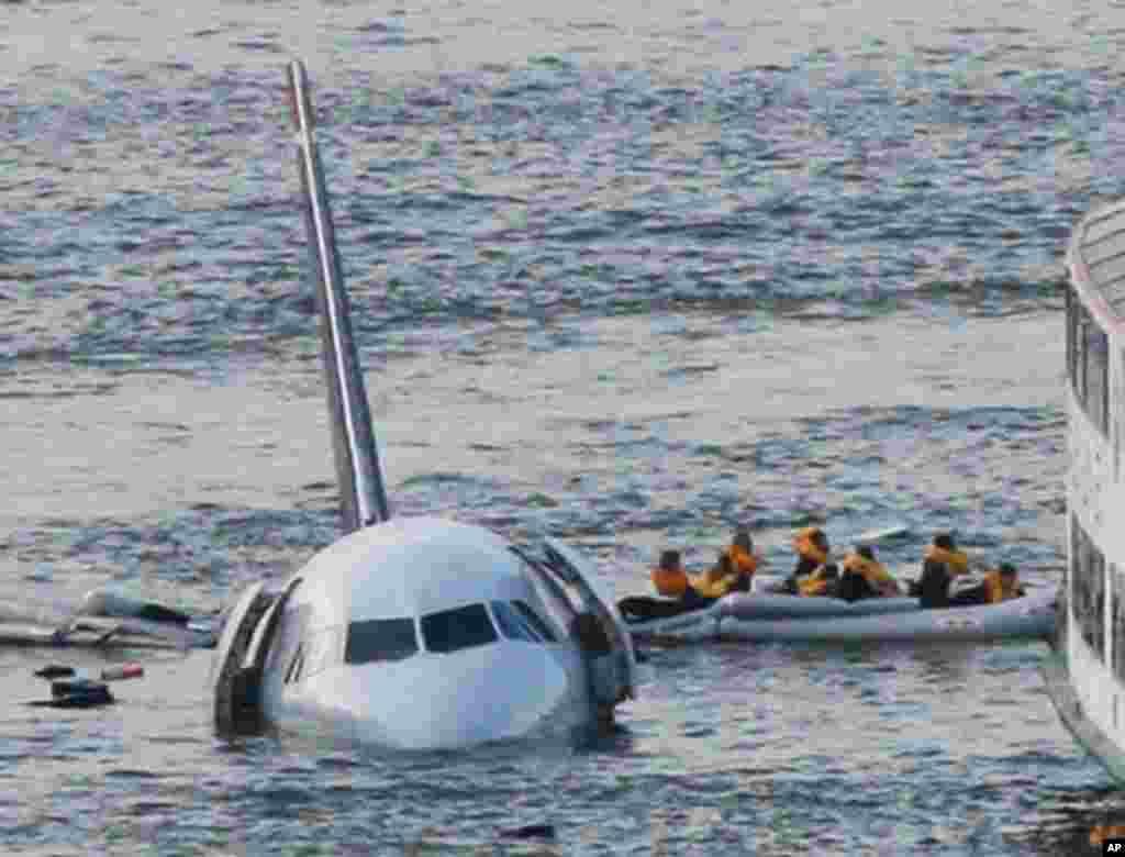ده سال پیش در چنین روزی، یک هواپیمای ایرباس ۳۲۰ وقتی با مشکل مواجه شد در رودخانه هادسون در کنار شهر نیویورک روی آب فرود امد. از این حادثه یک فیلم سینمایی ساخته شده است.