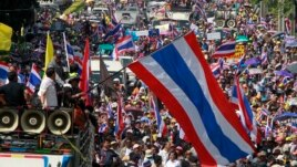 Anti-government protesters march during rally at major business district, Bangkok, Dec. 20, 2013.