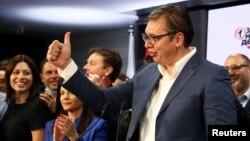 Predsednik Srbije i vladajuće Srpske napredne stranke, Aleksandar Vučić, pozdravlja pristalice u sedištu stranke u Beogradu, nakon proglašenja ubedljive pobede na parlamentarnim izborima u Srbiji, 21. juna 2020. (REUTERS/Marko Đurica)